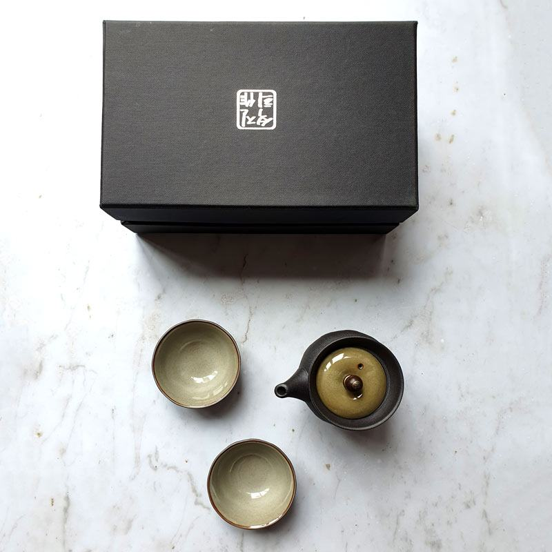 Grey textured porcelain gaiwan with two tasting cups in a gift box